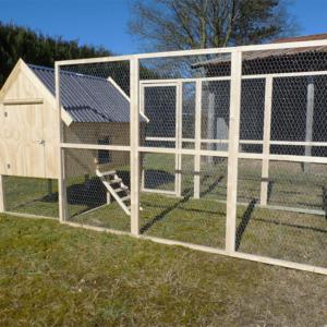 Et hønsehus med stor gård og opbevaringsrum