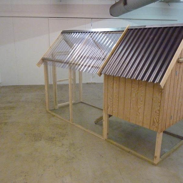 Hønsehus med tag og lukket gård
